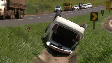 Acidente deixa duas pessoas feridas na BR 376 perto de Mandaguaçu - O motorista e uma pessoa que estava no carro foram encaminhados para o Hospital Universitário