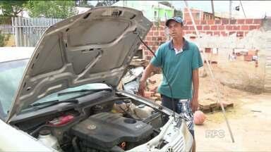 Motorista cai com carro em buraco e atinge tampa de galeria da Sanepar - Carro ficou praticamente destruído na parte de baixo, após acidente.