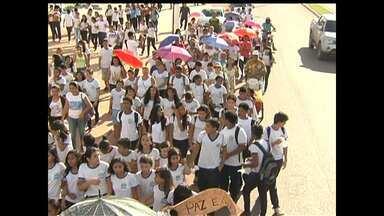Ato pede paz após incêndio criminoso em Santarém - Moradores da Grande Área do Santarenzinho pediram o fim da violência, em caminhada na sexta (13) à tarde.