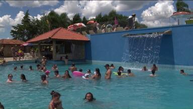 Parques aquáticos de Curitiba e região ficam lotados no fim de semana - Último fim de semana do verão tem temperatura acima dos 30ºC na capital.