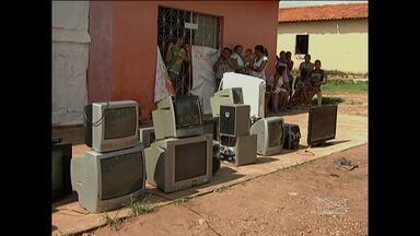 Moradores de Santa Inês reclamam prejuízos em televisões - Alguns moradores relatam que correram até risco de morte.