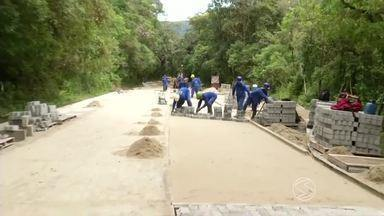 Obras na Paraty-Cunha são retomadas na Costa Verde do Rio - Quem for passar pela estrada vai precisar de mais atenção, já que o trânsito pode ser bloqueado em vários momentos; trecho onde o serviço ainda não começou o caminho está em péssimas condições.