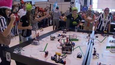 Estudantes exibem robôs em evento no DF - Estudantes de escolas públicas e privadasde várias partes do país participam do Torneio Nacional de Rombótica com Peças de Lego, no Centro de Convenções Ulisses Guimarães. O desafio é desenvolver soluções criativas para melhorar o ensino.
