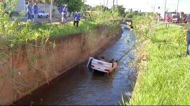 Taxista cai em córrego em Campo Grande - Acidente foi na madrugada deste sábado (14), em Campo Grande. Motorista, de 32 anos, foi encaminhado para a Santa Casa.