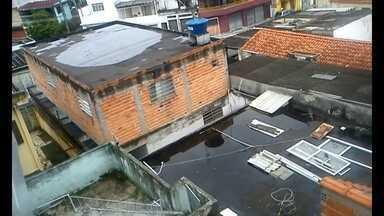 Aumenta o número de casos de dengue em SP - Moradores da capital estão apavorados com o aumento no número de casos de dengue. Uma telespectadora da Vila Campestre, na Zona Sul, gravou imagens mostrando água parada na laje dos prédios.