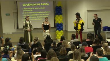 Muitas pessoas aproveitaram o sábado para estudar para o concurso do Banco do Brasil - Professores investem na diversão para preparar os alunos.