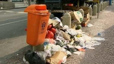 Garis seguem em greve no Rio e lixo acumula em diversas ruas - Os moradores do Rio sentiram neste sábado (14) os efeitos da greve dos garis. A coleta estava irregular em diversos pontos. Segundo a Comlurb, o sindicato que representa os grevistas não respeitou a decisão que obriga a manter 75% dos garis na rua.