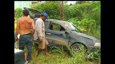 Carro capota com dois adultos e uma criança na Ponte do Urumari - Condutor contou que o pneu estourou e ele perdeu o controle.