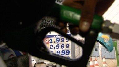Postos atraem clientes ao baixar preços dos combustíveis, em Goiânia - Teve cliente que aguardou quase uma hora para economizar R$ 0,23 no litro da gasolina.