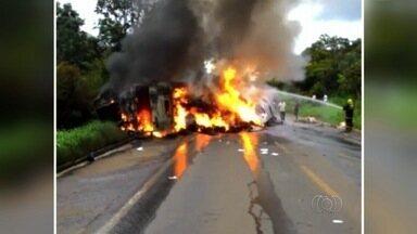 Carreta pega fogo na BR-153, em Uruaçu - Motorista teria perdido controle do veículo que tombou e começou a pegar fogo.