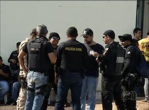 Comando de greve da polícia civil tenta impedir entrada de PMs em presídio da capital - Comando de greve da polícia civil tenta impedir entrada de PMs em presídio da capital