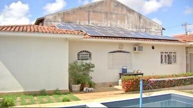 Moradores apostam em energia sustentável para economizar na conta em MS - Os raios do sol são captados por placas instaladas no telhado e são transformados em energia elétrica.