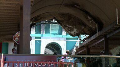 Princípio de incêndio atinge parte do teto de restaurante na Orla de Pajuçara - Chamas começaram em manta que controla infiltrações.Um funcionário passou mal e precisou receber atendimento médico.