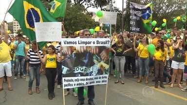 Manifestantes tomaram as ruas das cidades do interior de Minas Gerais em protesto - Eles também se manifestaram contra a corrupção e o governo da presidente Dilma Rousseff.