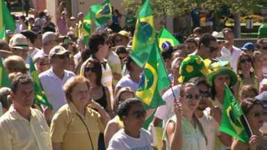 Protestos em Umuarama reúne quatro mil pessoas segundo organizadores - O protesto foi ontem à tarde. Manifestantes percorreram principais ruas da cidade.