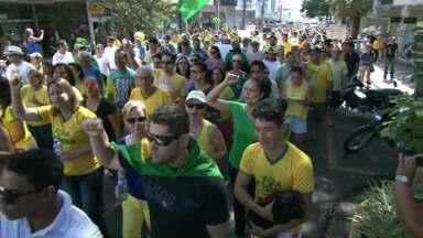 Em Paranavaí e em Cianorte, também teve protestos nesse domingo - Nas duas cidades, manifestantes foram às ruas. Eles percorreram algumas ruas e se concentraram em frente à prefeitura.