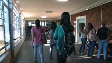 Em Paranavaí, alunos da Unespar começam ano letivo após fim da greve - Hoje de manhã, alunos dos cursos do turno matutino tiveram aula normalmente. Unespar tem unidade em outras cidades do estado.