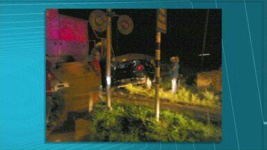 Homem de 25 anos morre depois de ter carro arrastado por trem - Acidente foi na madrugada de domingo, em Ponta Grossa