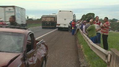 Colisão entre carro e ônibus provoca transtornos em rodovia em Ribeirão Preto - Acidente aconteceu na Rodovia Anhanguera na manhã desta segunda-feira (16).