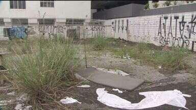 Moradores reclamam de terreno com sinais de abandono em São Vicente - Local está com vegetação alta e acúmulo de lixo
