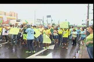 Uberaba tem a segunda manifestação no mesmo dia contra o governo - Ruas foram tomadas por moradores com apitos, faixas e cartazes. Pela manhã, representantes da Fundação Maçônica também manifestaram.
