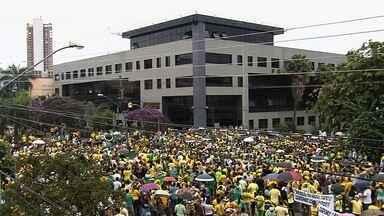 Protesto contra a presidente Dilma Rousseff reúne 60 mil pessoas, diz polícia - Caminhada seguiu da Praça Tamadaré até a sede da Polícia Federal, no Setor Marista.