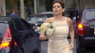 Reveja Lígia correndo atrás de Miguel vestida de noiva - Em Sete Vidas, personagem de Débora Bloch vê amor do passado