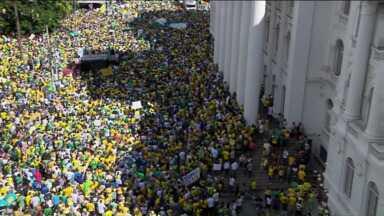 Manifestantes se reúnem no Paraná contra o governo e a corrupção - Grupo se concentrou na Praça Santos Andrade, no Centro de Curitiba. Eles seguiram até a Boca Maldita, onde começou a dispersão.