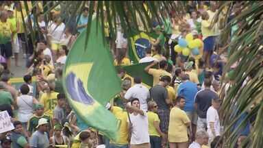 Manifestantes ocupam ruas de Santos para protestar contra o governo Dilma - Milhares de pessoas protestaram no último domingo (15)