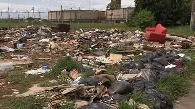 Moradores reclamam de lixo acumulado em Santa Maria, no DF - Todo tipo de lixo é jogado nos terrenos vazios em Santa Maria. E tem mais: por lá, a sujeira vai parar até no meio das ruas.