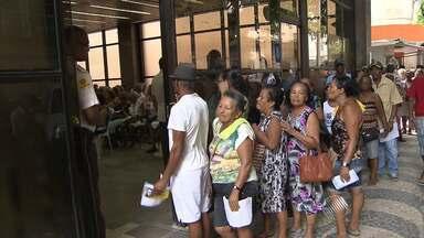 Idosos fazem fila para garantir cartão de gratuidade nos ônibus - Nesta segunda-feira (16), no Comércio, espera foi longa