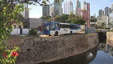 Motoristas de ônibus dizem que estão com medo de circular no Vale das Pedrinhas - PM diz que segurança foi reforçada no bairro, em Salvador