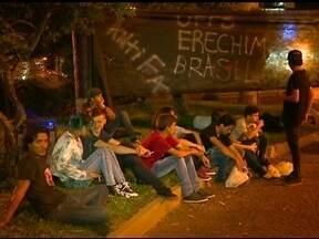 Estudantes alertam para perigos no trevo da UFFS - Alunos se reuniram na noite de sexta feira (13) na praça da bandeira em Erechim, RS, para pedir melhorias no acesso a universidade