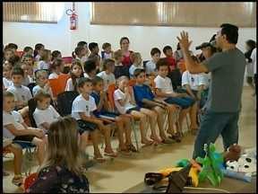 Projeto incentiva alunos a preservar a água - Domingo é o dia mundial da Água. Iniciativa de escola é reconhecida pela ONU.