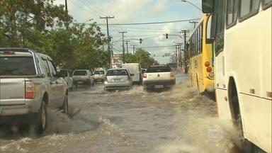 Chuva deixa ruas alagadas em 14 cidades de Pernambuco - No Recife, em pouco mais de quatro horas, choveu 16,9% do esperado para o mês de março. Em Goiânia, chove há dez dias, sem parar.