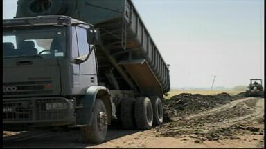 Exército ajuda na manutenção das estradas em Uruguaiana, no RS - Ao todo, 48 quilômetros de estrada do interior serão recuperados.
