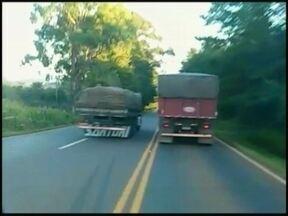 Telespectador flagra irresponsabilidade no trânsito - Caminhoneiro arrisca a vida dele e de outros condutores.