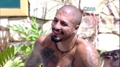 Fernando, do BBB15, ganha clipe romântico com sisters - Brother mostra que tem borogodó com Aline e Amanda
