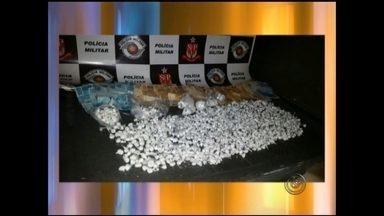 Mulher é presa por tráfico de drogas em bairro de Rio Preto - Uma mulher de 46 anos foi presa em flagrante no bairro João Paulo Segundo, em Rio Preto, por tráfico de drogas. No local foram apreendidas várias porções de cocaína, além de dinheiro. Segundo os policiais, a mulher já tem passagem pela polícia pelo mesmo crime.