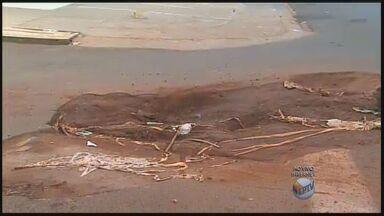 Buraco em rua de Ribeirão Preto atrapalha motoristas - Segundo moradores, cratera se formou no local após conserto de vazamento.