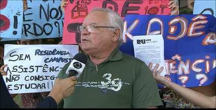 Estudantes pedem mudanças no Restaurante Universitário da UFPB, em João Pessoa - Entre as reivindicações estão a melhoria da estrutura do local e agilidade no processo de cadastro. Maurício Melo comenta.