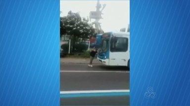 Jovem é flagrado impedindo que ônibus da linha 305 siga viagem em Manaus - Testemunhas disseram que motorista não teria aberto a porta do ônibus para jovem entrar.