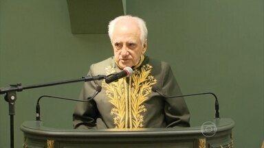 Evaldo Cabral de Mello toma posse na Academia Brasileira de Letras - O escritor e diplomata pernambucano Evaldo Cabral de Mello tomou posse na noite de sexta-feira (27) na Academia Brasileira de Letras, no Rio de Janeiro.
