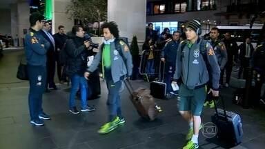 Seleção Brasileira chega a Londres, onde jogará amistoso contra o Chile - A seleção brasileira de futebol está em Londres, na Inglaterra, onde se prepara para o amistoso que ocorre no domingo (29), contra o Chile. Haverá um treino no sábado (28), que será no campo do Arsenal, onde a disputa ocorrerá.
