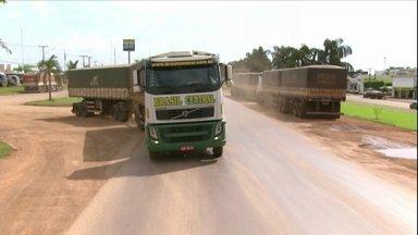Agricultores enfrentam desafios para escoar a safra de propriedades de MT - Distância entre o estado e os principais portos consome parte dos lucros dos produtores.