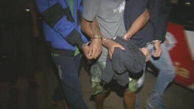 Após roubo, três menores são apreendidos em Mogi Mirim, SP - Três menores foram apreendidos na noite de segunda-feira (30) em Mogi Mirim (SP) após roubarem uma casa na Vila Oceania. Os adolescentes chegaram a atirar contra os vizinhos que viram a ação.