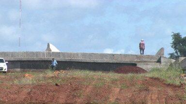 Obra da 445 é retomada em ritmo lento - Poucos trabalhadores estão fazendo o serviço na rodovia. A duplicação do trecho entre Londrina e Cambé vai ficar pronta só no fim do ano.