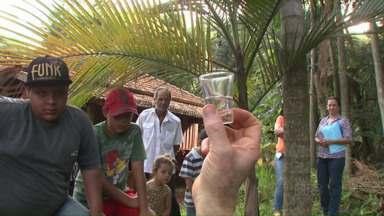 Aula de educação ambiental ensina como recuperar e preservar nossas águas - A aula é na Fazenda Bimini, em Rolândia. As famílias que visitam a propriedade aprendem a recuperar áreas degradadas e a cuidar melhor da água no planeta.