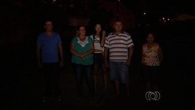 Moradores de vários bairros reclamam de falta de iluminação pública, em Goiânia - A prefeitura rescindiu, no início do mês, o contrato com uma empresa particular que fazia a manutenção do serviço.