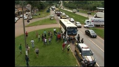 Moradores fazem protesto na BR-060, em Terezópolis de Goiás - Eles impediram a circulação dos ônibus da linha entre Anápolis e Goiânia.